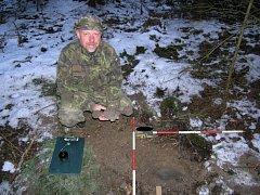 Bronzový poklad, který tvořilo pět nákrčníků a jedna šatová spona, našel v lesích na Zábřežsku pomocí detektoru kovů hledač Vlastimil Flášar. Předměty pocházejí z pozdní doby bronzové, takže jsou staré asi tři tisíce let.