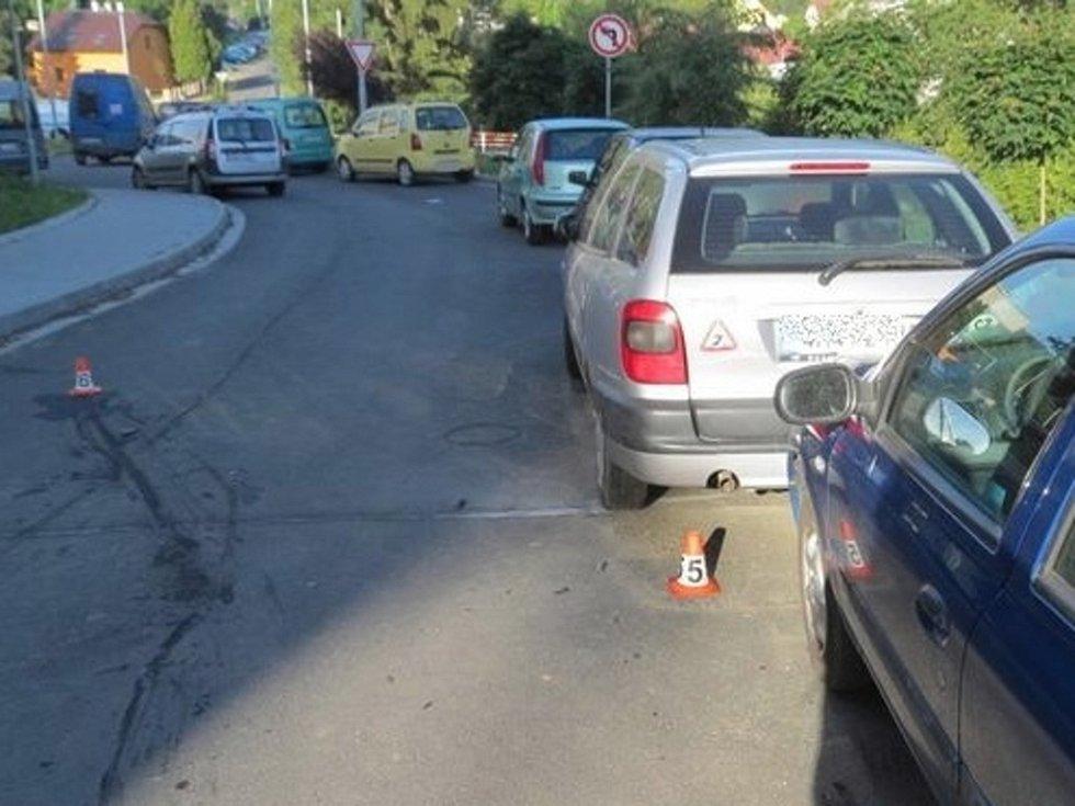 Žena nabourala dvě zaparkovaná auta na místní komunikaci Vyhlídka. Narazila do odstaveného auta Renault Clio, to pak poškodilo vůz stojící před ním.