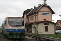 Motorová jednotka Železnice Desná na nádraží v Petrově nad Desnou.