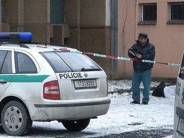 Policejní vůz zakrývá pohled na místo, kde leží tělo sebevraha. Zakrytá mrtvola je částečně vidět  vpravo