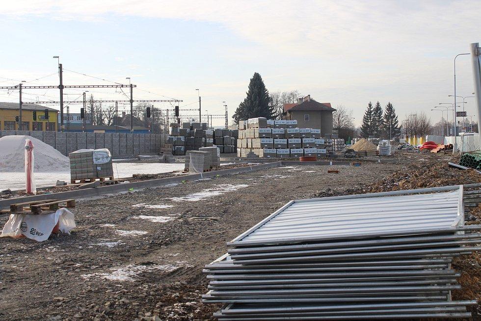 Rozestavěný dopravní terminál - prostor přednádraží - na konci prosince 2019.