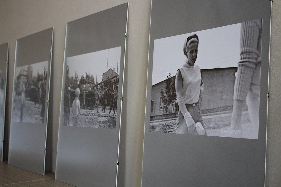 V šumperské knihovně jsou k vidění fotografie Martina Žarnaye, které zachycují okupaci Šumperku vojsky Varšavské smlouvy v roce 1968.