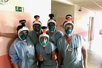 Celoobličejové masky budou chránit personál Šumperské nemocnice na ARO a infekčním oddělení.