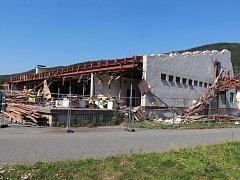 Kdysi známé nákupní středisko s diskotékou Áčko v Lipové-lázních rozebírá demoliční četa.