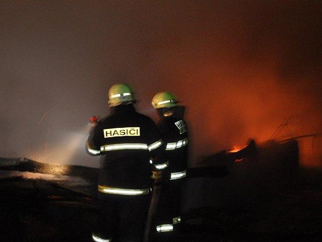 Hasiči z Olomouckého kraje likvidovali v noci na neděli rozsáhlý požár budovy bývalé celnice v části Javorníku Bílý Potok