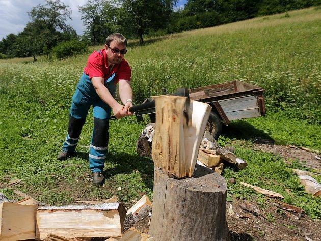 150 dobrovolníků pomáhá zdarma v okolí Vápenné na Jesenicku.