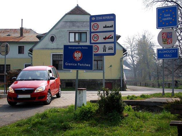 Hranice s Polskem ve Velkých Kuněticích, v pozadí kunětická hospoda