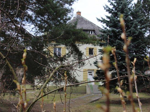 Budova bývalé hygieny poblíž muzea silnic vjižní části Vikýřovic. Obec ji chce rekonstruovat na mateřskou školku.