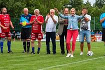 Na otevření zrekostruovaného fotbalového areálu v Postřelmově přijel tým osobností Amfora i Helena Vondráčková