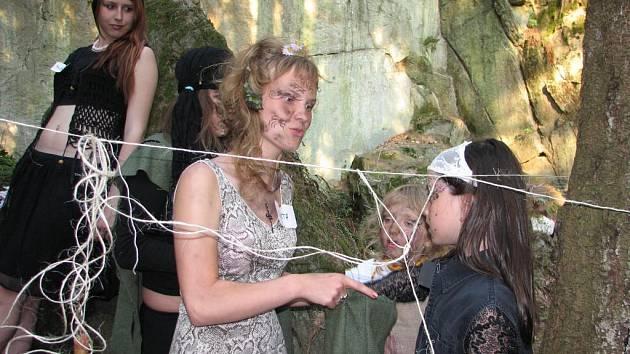 Za splnění úkolů je čarodějnice odměnily sladkostmi.