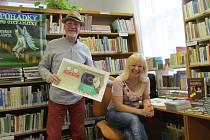 Autor knihy Pohádky pro otce a pro matky Bedřich Ludvík a ilustrátorka knihy Miloslava Prokůpková v šumperské knihovně.