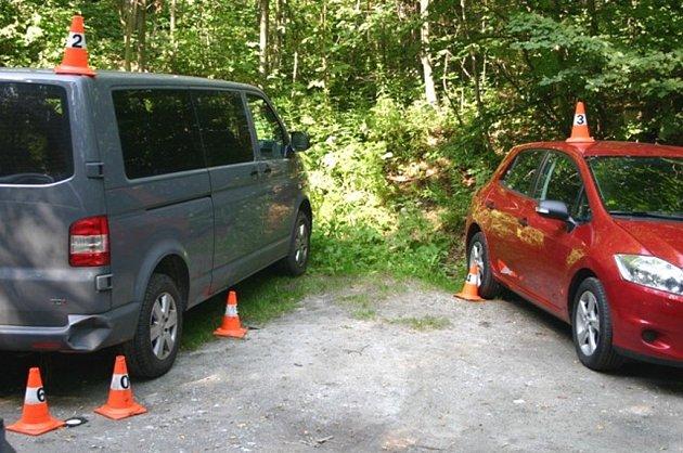 Mladá řidička při couvání u Žulové nabourala dvě auta.