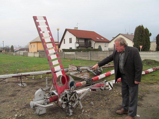 Místostarosta Zábřeha Karel Crhonek ukazuje exponáty pro skanzen.
