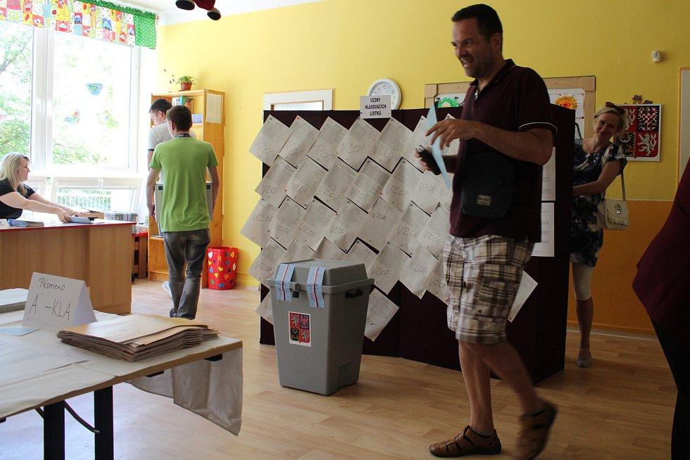 Volby do evropského parlamentu - volební místnost v budově MŠ Evaldova v Šumperku.