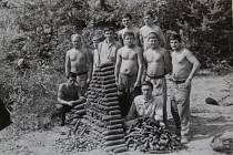 3. POKLAD. Pyrotechnici při čištění místní krajiny od munice v70. letech.