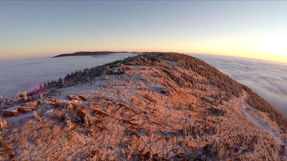 Nové video zachycuje Jeseníky jako ostrovy v oblačném moři.