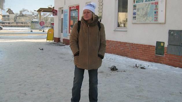 Ani teplé oblečení nedokáže ochránit ženu, která patří ke známým bezdomovcům, před silným mrazem.