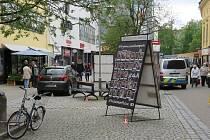 Řidička se dvěma promile alkoholu vjela na pěší zónu u divadla v Šumperku. Nabourala do poutače a do lavičky.