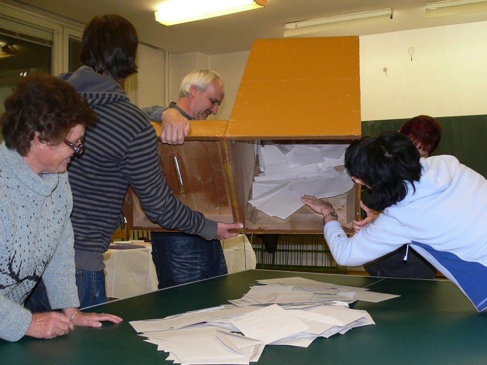 Sčítání hlasů ve volebním okrsku, který měl volební místnost v budově V. základní škole v Šumperku