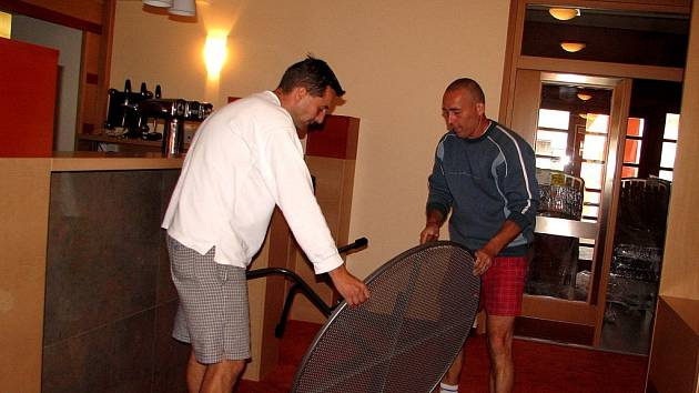 Před slavnostním otevřením hotelu Slovan ještě jeho zaměstnanci dokončovali poslední přípravné práce.