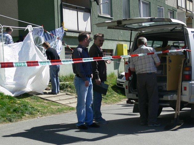 Krátce po hrůzostrašném činu policejní vyšetřovatelé uzavřeli okolí vraždy a zajišťovali stopy.