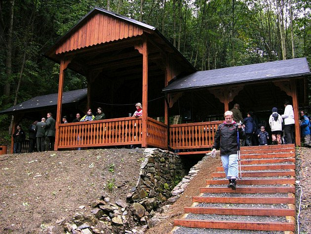 K Bezručovu prameni nad Priessnitzovými léčebnými lázněmi v Jeseníku se vrátil altán, který zde stával ještě na začátku dvacátého století