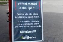 Cedule před hanušovickým supermarketem