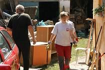 Jedenáct dobrovolníků a dva zaměstnanci Charity Zábřeh se během týdne vystřidalo na Litoměřicku, kde pomáhali lidem postiženým povodní.
