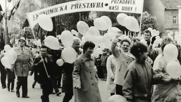 Průvod na dnešním Masarykově náměstí v Zábřehu v 2. polovině 80. let. Pracovníci MEZu Zábřeh.