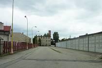 V podlouhlé budově vzadu vlevo byl dříve sklad, v malé budově uprostřed sídlil štáb. Garáže vpravo zmizí, na jejich místě vyroste nová budova.