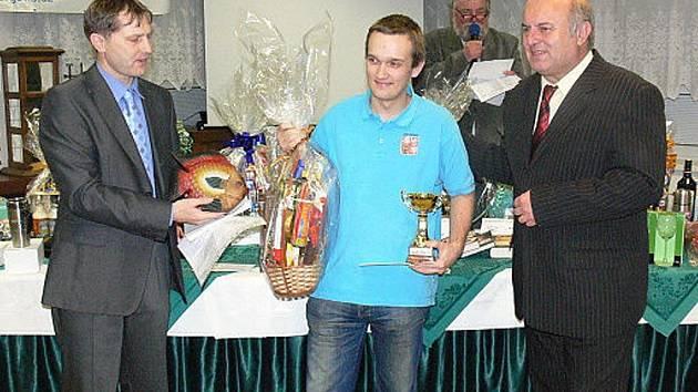 Štěpán Žilka, vpravo je ředitel turnaje Miroslav Kopřiva, vlevo jeden z organizátorů Petr Viktorin