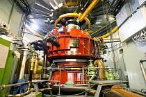 Při plném výkonu elektrárny protéká dvěma turbínami tolik vody, že by naplnily padesátimetrový plavecký bazén za čtyři sekundy.