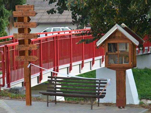 Otevření venkovní knihovničky v Moravičanech.