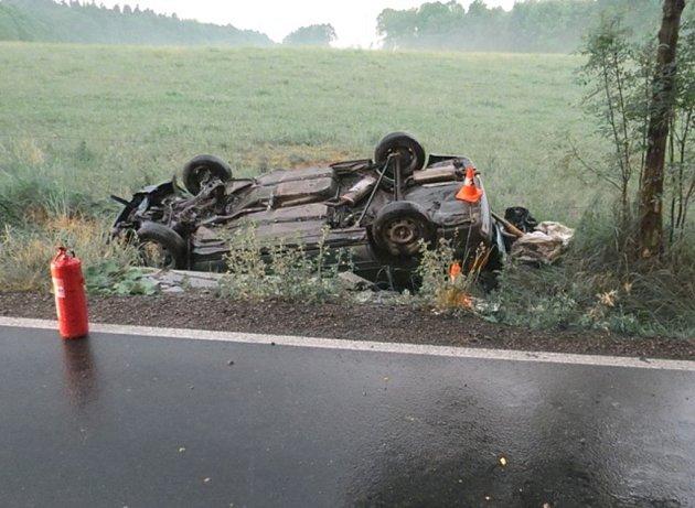 V pondělí 26. května u Velkých Kunětic boural dvaasedmdesátiletý důchodce. Motorista narazil do betonové vpusti v příkopu, jeho vůz pak skončil na střeše.