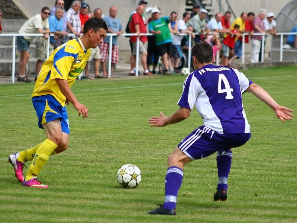 Mohelnice versus Zlín (žluté dresy) během pohárového utkání.