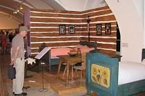 Nahlédnout do historie spaní a odpočinku vůbec mohou návštěvníci zajímavé výstavy, kterou připravilo Vlastivědné muzeum v Šumperku. Expozice s názvem Dřív než usneš... aneb jak se kdysi spávalo je nyní k vidění ve výstavní síni muzea.