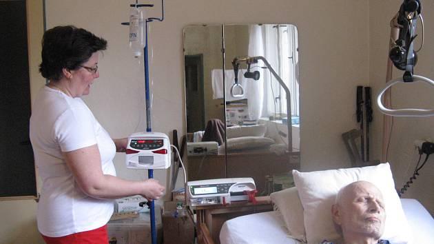 Domácí péče o nevyléčitelně nemocného člověka je náročná. Rodinám s ní pomáhají charitní pracovníci.