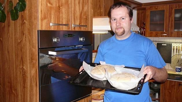Redaktor Deníku si vyzkoušel, jak se peče chleba.