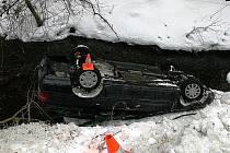 Ford skončil na střeše v potoce