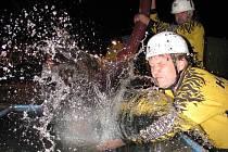 Noční soutěž v požárním sportu v Loučné nad Desnou opět přilákala téměř čtyři desítky týmů a několik stovek diváků.