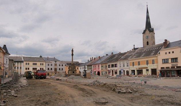 Rekonstrukce už zasáhla celou plochu náměstí, obchodníci mají problémy.