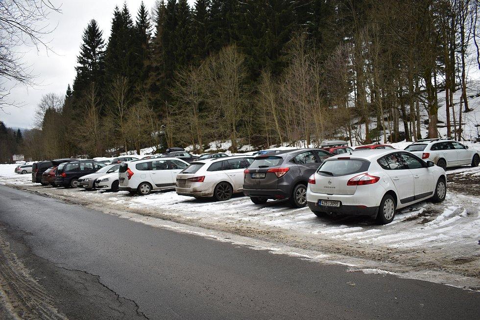 Petříkov v sobotu 27. února 2021. Odstavné parkoviště před vesnicí.