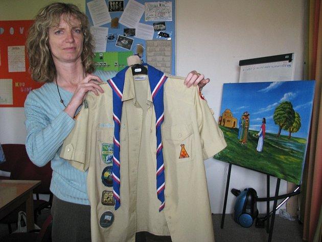 Členka Apoštolské církve Ludmila Pohanková představuje uniformu dětí z Royal Rangers.
