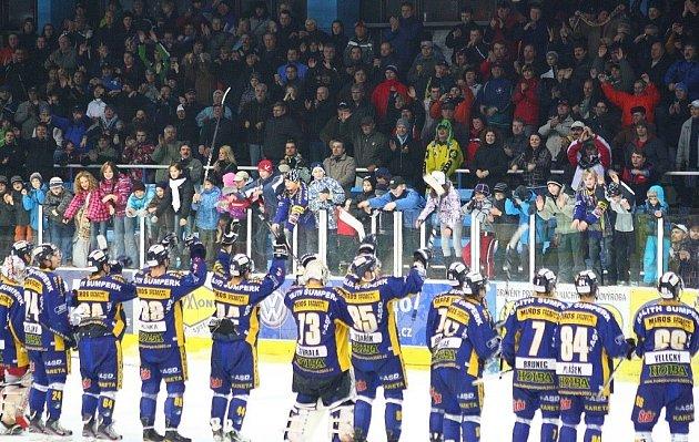 Takhle děkovali šumperští fanoušci Drakům v loňské sezoně za vítězství nad Morou.