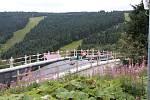 Stavební firma dokončuje lávku nad silnicí první třídy na Červenohorském sedle.
