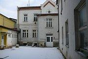 Bytový dům a nevyužívaný trakt Divadla Petra Bezruče v Jeseníku, ze kterých vznikne Centrum společných aktivit.
