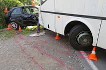 Srážka autobusu s autem u Písečné