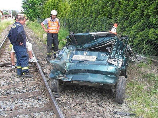 Takhle dopadla nehoda VW Polo a osobního vlaku na přejezdu v Novém Malíně
