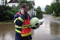 Jeden z hasičů v obci Stará Červená Voda na Jesenicku