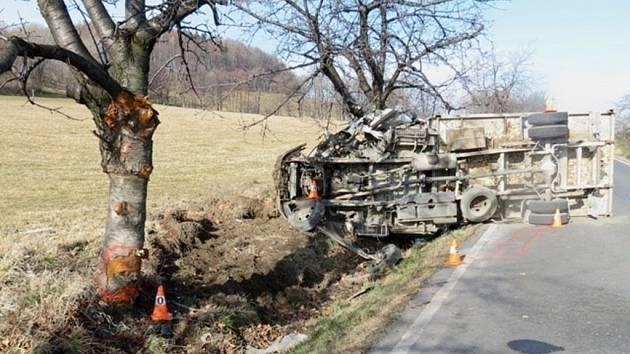Sedmatřicetiletý řidič nákladního vozidla najel na rovném úseku na krajnici, která se s ním utrhla.